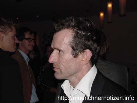 Ulrich Matthes nach der Premierenaufführung beim Interview mit Journalist Glöckel